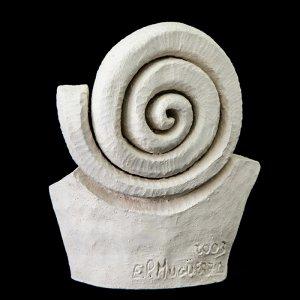 Fen Mugüerza - escultora ceramista - Taller de arte en Ourense - Escultura unica hecha a mano de Terracota, es un regalo exclusivo y un regalo original. Regalo para boda especial. Ceramica contemporanea realizada en pasta gres o arcilla cocida a 1.000 ºC y con los detalles pintados con barbotinas y pintura al agua. Venta online de pieza de ceramica., venta online de escultura de ceramica