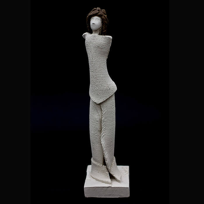 Fen Mugüerza - escultora ceramista - Taller de arte en Ourense - Mujer elegante