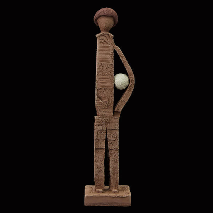 Fen Mugüerza - escultora ceramista - Taller de arte en Ourense - niño con pelota