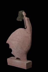 Fen Mugüerza - escultora ceramista - Taller de arte en Ourense - Mujer al viento