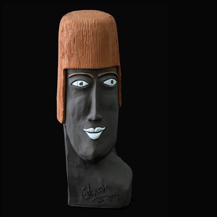 Fen Mugüerza - escultora ceramista - Taller de arte en Ourense - PIEZA ÚNICA de Terracota, es un regalo exclusivo y un regalo original. Cerámica contemporánea realizada en barro negro y pintada