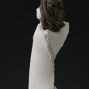 Fen Mugüerza - escultora ceramista - Taller de arte en Ourense - Artesania gallega. Escultura unica hecha a mano de Terracota, es un regalo exclusivo y un regalo original. Regalo para boda especial. Ceramica contemporanea realizada en pasta gres o arcilla cocida a 1.000 ºC y con los detalles pintados con barbotinas y pintura al agua. Venta online de pieza de ceramica., venta online de escultura de ceramica de Fen Muguerza